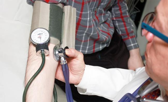 medico pressione braccioi